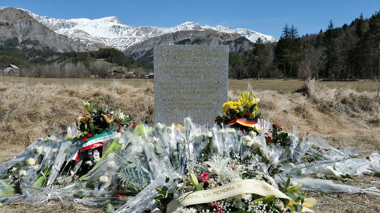 Gedenkstein an der Absturzstelle der Germanwings-Maschine in Frankreich; Bild: dpa