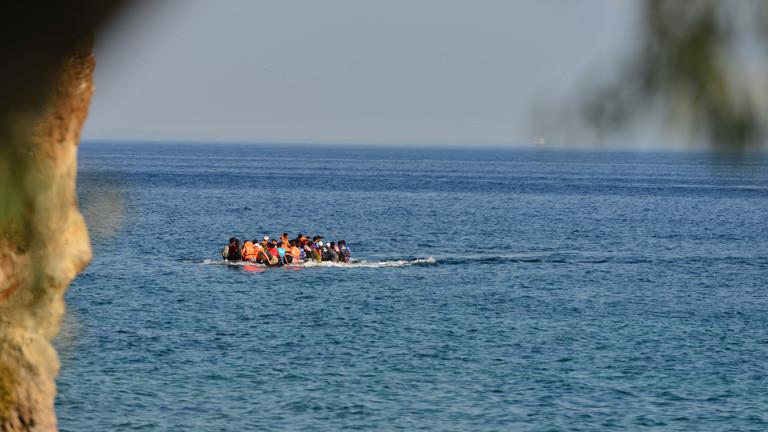 Menschen auf einem überfüllten Schlauchboot.