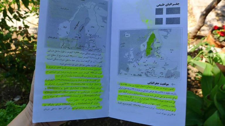 In einem Buch ist eine Karte Nordeuropas. Schweden ist gelb markiert.