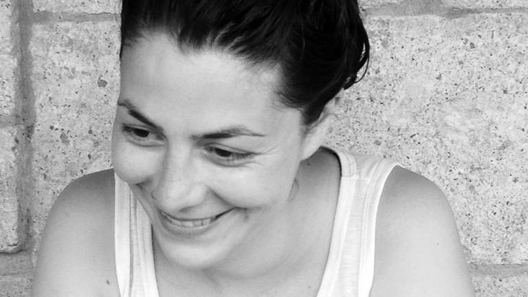 Ein Schwarz-Weiß-Foto von Sara Akyildiz.