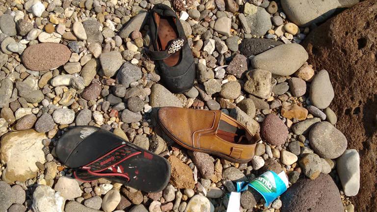 Auf der Erde liegen einzelne Schuhe.