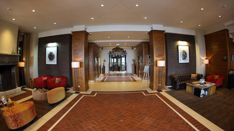 Eingang des Hotels Ermitage im französischen Evian-les-Bains. Hier wohnt die Nationalelf während der EM 2016.