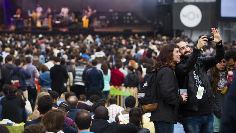 Während des Festivals Primavera Sound steht ein Paar im Publikum und macht ein Selfie von sich.