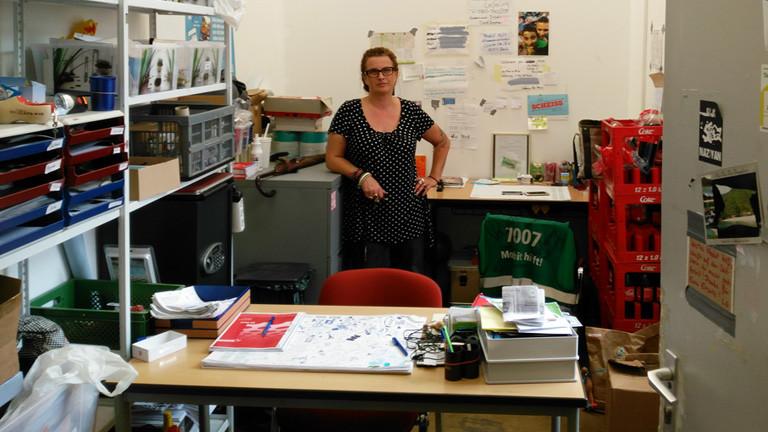 """Christiane Beckmann von der Berliner Bürgerin-Initiative """"Moabit hilft"""" steht in einem Büro."""