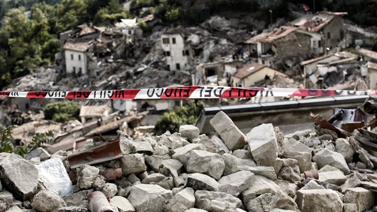 Blick auf das italienische Dorf Pescara del Tronto. Nach dem schweren Erdbeben (24.08.16) sind die Häuser zerstört, mit großen Schutthaufen dazwischen.