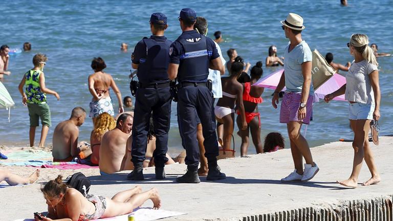 Am Strand in Frankreich patrouilliert Polizei; Foto: dpa