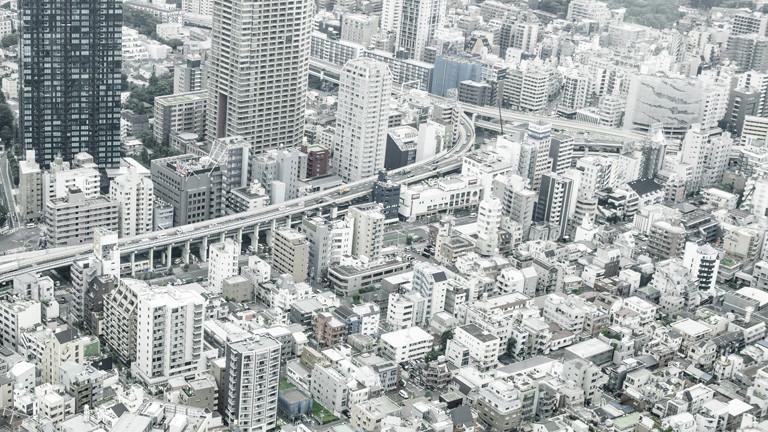 Blick auf Tokyo. Ein Haus steht neben dem anderen - nur Straßen dazwischen. Wirkt wie eine Betonwüste.