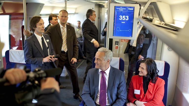Innenansicht Transrapid bei einer Testfahrt (2010). Mit an Bord ist unter anderem der damalige Bundesverkehrsminister Ramsauer.