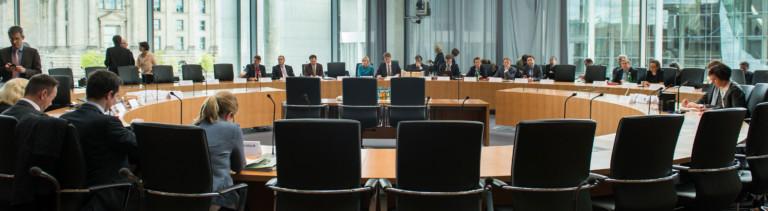 Am 7. Mai 2015 beginnt die öffentliche Sitzung des NSA-Untersuchungsausschuss. In einer großen Runde sind Tische und Stühl aufgebaut; Foto: dpa