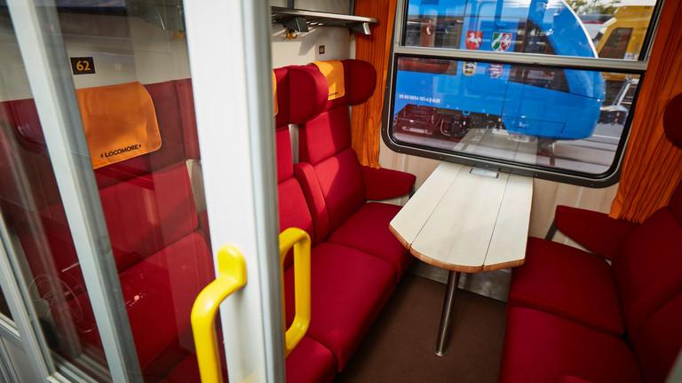 Blick in ein Zugabteil mit roten Sitzen. Die Locomore ist ein privates Bahnunternehmen; Foto: York Christoph Riccius