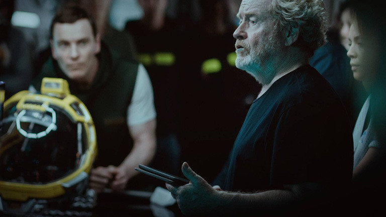 Während der Produktion von Alien Covenant: Regisseur Ridley Scott mit Schauspielern.