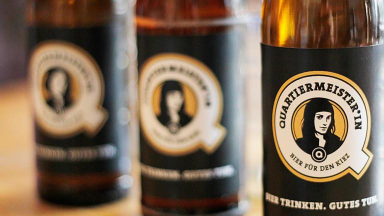 Drei Flaschen der Sorte Quartiermeister*in. Auf den Labeln sind weibliche Konterfeis abgebildet.