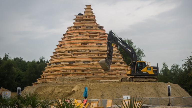 Der Anfang der Sandburg. Der Sandberg ist noch mit Holzplatten umgeben.