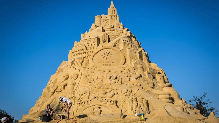 Die fast fertige Sandburg. Eine 15 Meter hohe Sandburg mit aufwendigen Verzierungen.