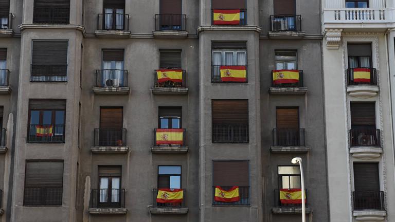 Blick auf ein Haus in Madrid. An mehreren Balkonen hängt die spanische Nationalflagge (05.10.2017).