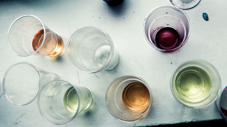 Weinreste in Plastikbechern
