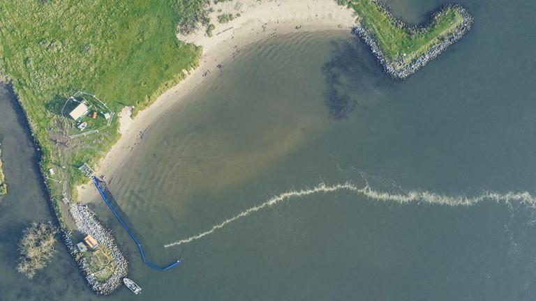 Luftaufnahme des Pilot-Versuchs mit einer Great Bubble Barrier in der Ijssel