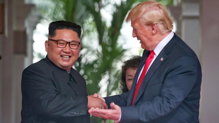 Kim Jong Un und Donald Trump lachen für die Kameras