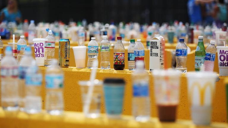 Getränke stehen auf Festiva-Absperrungen