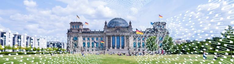 Der Bundestag im Frühling, auf das Bild wurde eine Flut von Nullen und Vieren gesetzt, um einen Hackerangriff zu symbolisieren