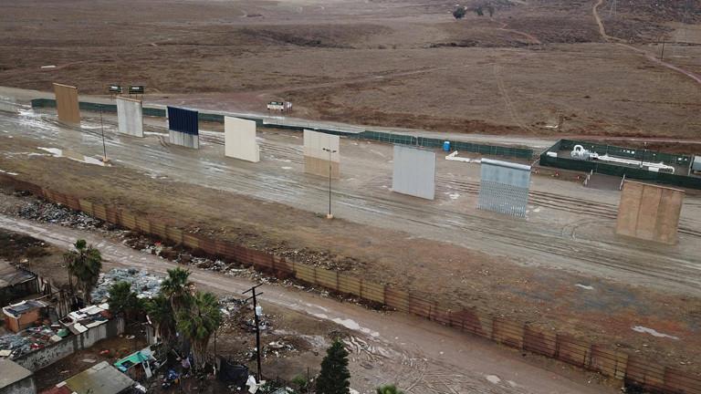 An der Grenze zwischen den USA und Mexiko wurden Mauerabschnitte aufgestellt. Sie sind Prototypen für die von den USA geplante Mauer (19.01.2018)