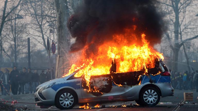 Brennendes Auto bei den Protesten.