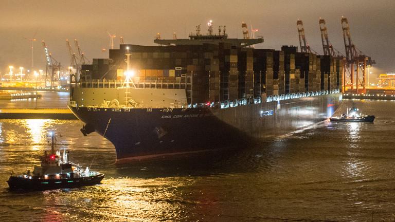 Im Hafen Hamburg fährt das Containerschiff Antoine de Saint Exupery ein; es ist das bisher größte Containerschiff in der Geschichte des Hamburger Hafens (15.03.2018); Foto: dpa