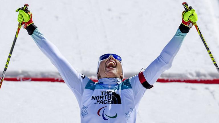 Andrea Eskau streckt beim Zieleinlauf die Arme in die Höhe; sie gewinnt Gold im Biathlon über 10 Km (13.03.2018)