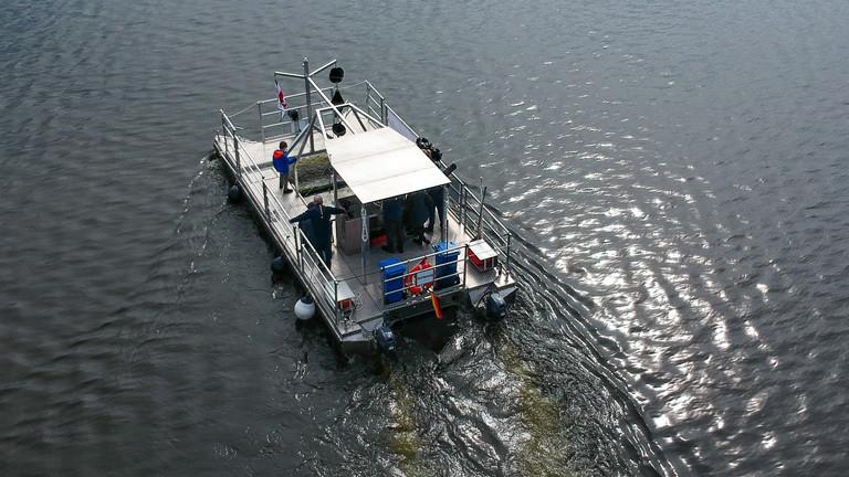 Auf der Schlei fährt ein Schiff mit einer Siebvorrichtung, um den Ostseearm von Plastikpartikeln zu säubern.