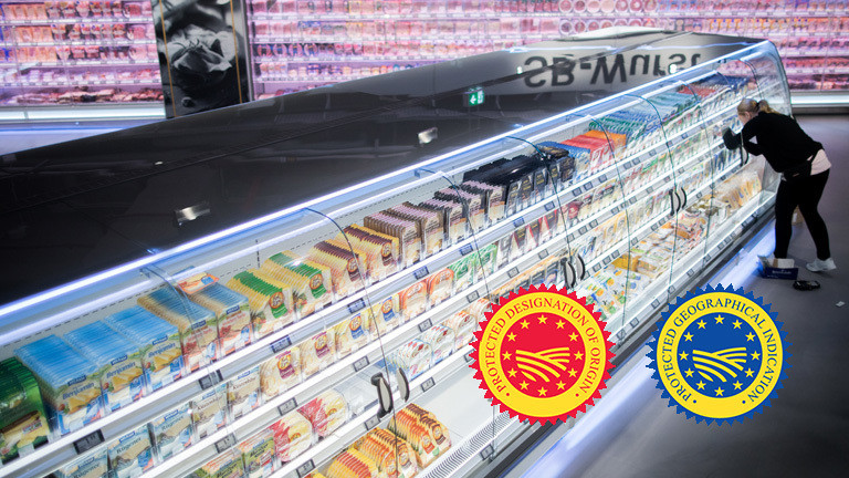 Collage: Eine Frau steht vor einem riesigen Supermarkt-Kühlregal (Foto:dpa); unten rechts finden sich die beiden EU-Siegel in rot-gelb und blau-gelb. Darauf jeweils ein angedeuteter Acker.