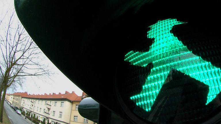 Ampel erkennt wartende Fußgänger