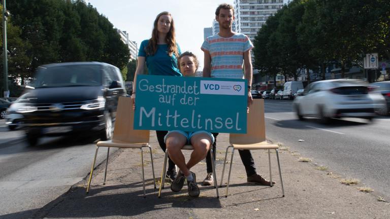 In Berlin sitzen Mitglieder und Anhänger des ökologischen Verkehrsclub VCD auf einer Mittelinsel. Sie fordern mehr fußgängerfreundliche Ampelschaltungen (18.09.2018); Foto: dpa