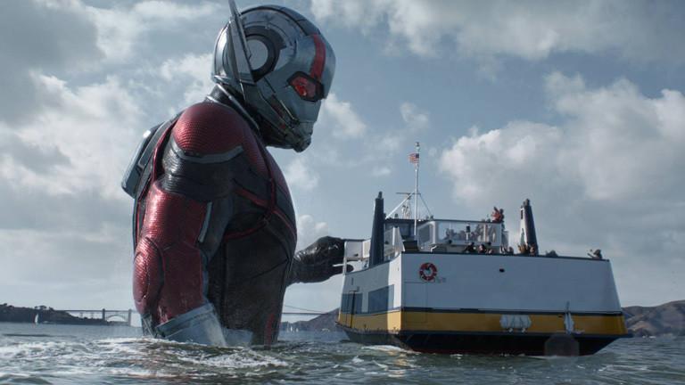 """Szene aus dem Film """"Ant-Man and the Wasp""""; Ant-Man steht in einem Fluss neben einem Schiff, der Superheld ist riesig groß."""