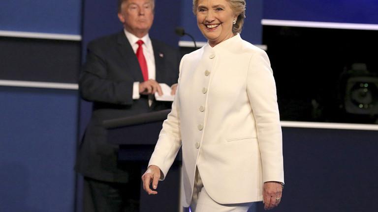 Bei dem letzten von drei TV-Duellen im Wahlkampf um die US-Präsidentenschaft stehen Trump und Clinton im Studio. Clinton trägt einen weißen Hosenanzug; Foto: dpa