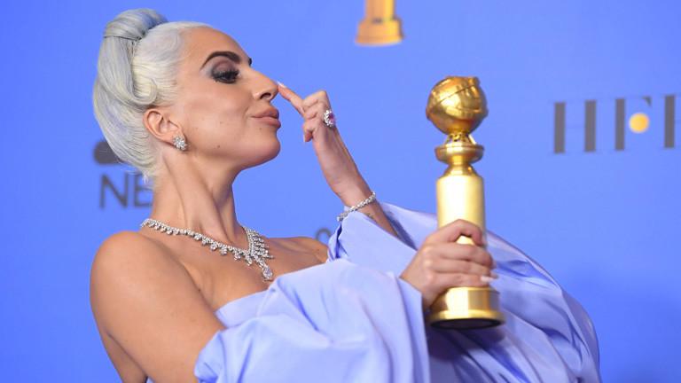 Bei den Golden Globes 2019 räumt Lady Gaga den Preis für den besten Song ab. Sie hält den Preis in den Händen.