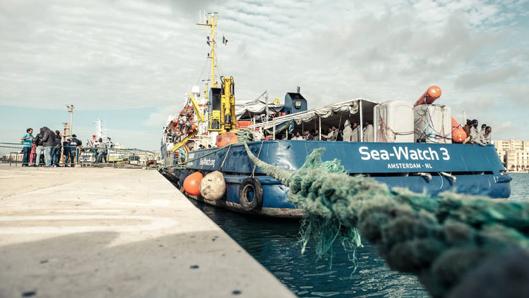 Im November 2017 bringt die Sea Watch 3 Flüchtlinge auf Sizilien an Land.