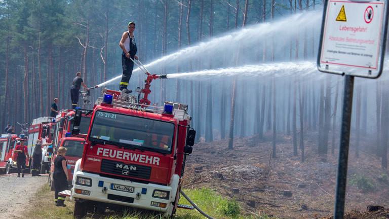 In Mecklenburg-Vorpommern löschen Feuerwehrleute in der Nähe der evakuierten Ortschaft Alt Jabel einen großflächigen Waldbrand; Foto: dpa