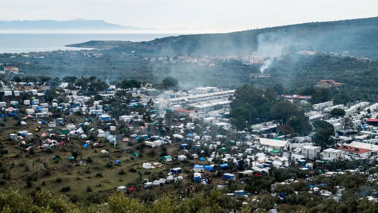 Blick auf ein Flüchtlingslager auf Lesbos in der Nähe von Moria, neben Containern und Zelten sind auch viele selbstgebaute Hütten zu sehen (12.12.2019).