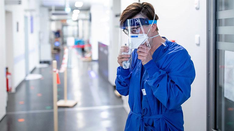 Carola Holzner, leitende Oberärztin der zentralen Notaufnahme des Uniklinikums Essen, bekleidet sich mit einem Gesichtsschutz (23.03.2020)