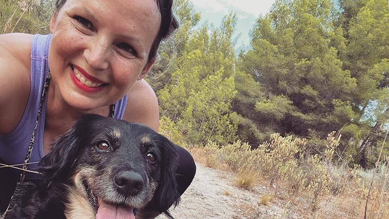 Lody Kroll mit ihrem Hund auf Mallorca.