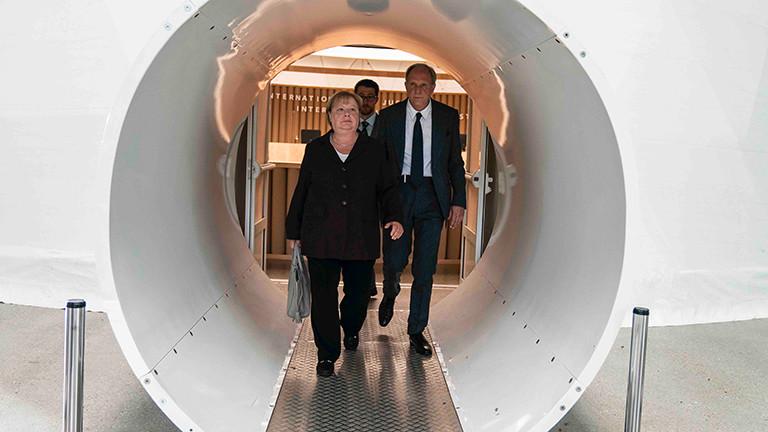 In dem Film Ökozid tritt Angela Merkel (gespielt von Martina Eitner-Acheampong) als Zeugin von Verteidiger Victor Graf (Ulrich Tukur) vor Gericht auf.
