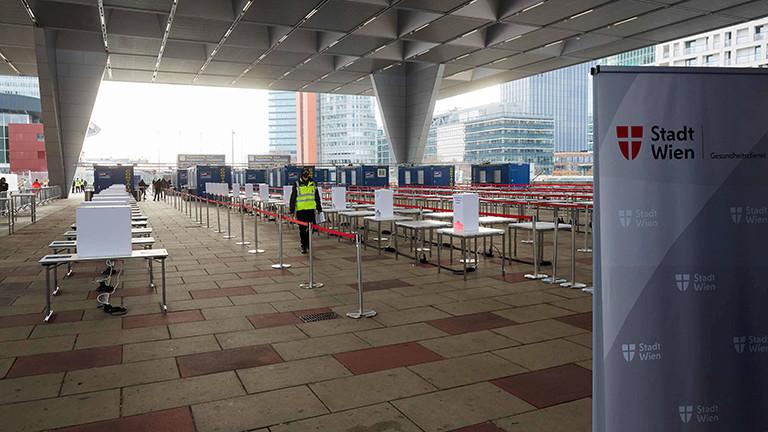 Im Austria Center Vienna in Wien wurde draußen eine Corona-Teststraße aufgebaut. Ganz viele Tische stehen in Reihen, außerdem Container (30.11.2020)