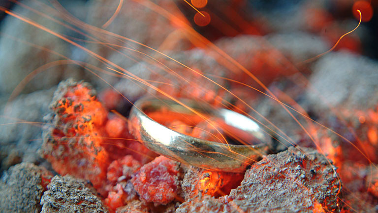 Ring auf glühenden Steinen