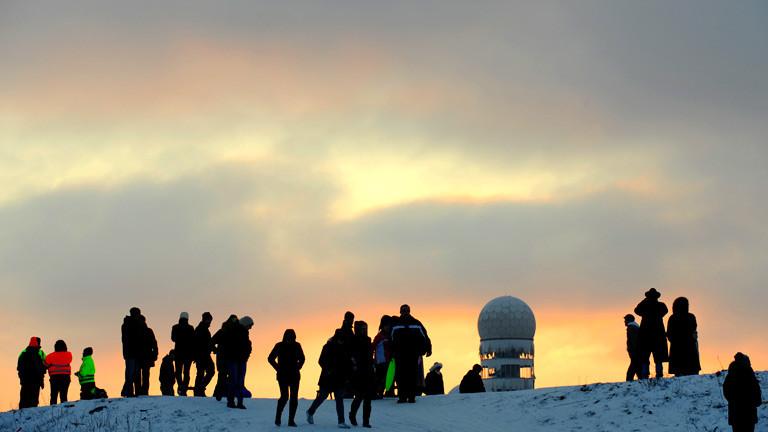 Menschen auf dem Teufelsberg in Berlin im Winter bei Schnee.