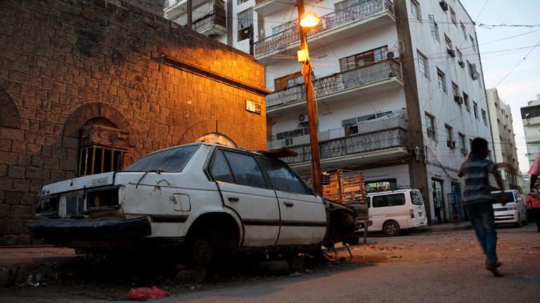 Ein zerstörtes Auto in den Straßen von Aden
