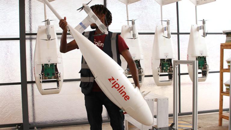 Ein Mann hält eine Drohne des Hersteller Zipline in den Händen