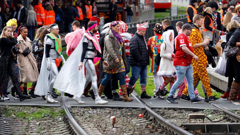 Billig-Karnevalskostüm: Korrekte Entsorgung ist schon mal was