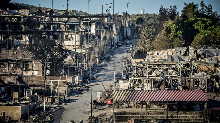 Das Flüchtlingslager Moria ist fast vollständig abgebrannt: Das Foto zeigt verkohlte Überreste von Zelten und geschmolzene Wohncontainer (10.09.2020)