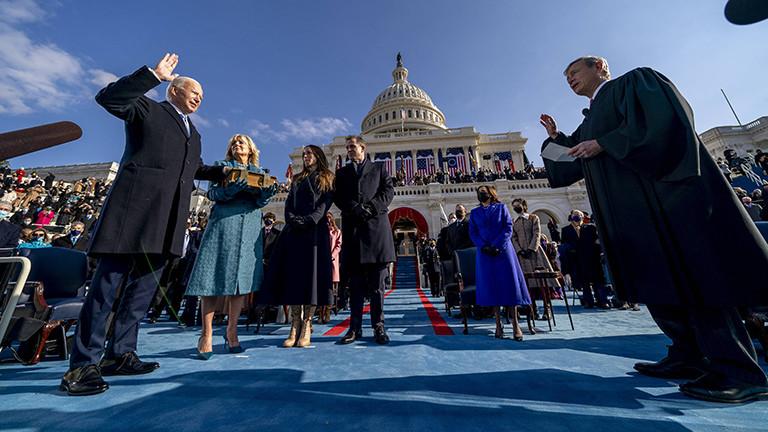 Joe Biden wird als Präsident der USA vereidigt. Neben ihm stehen seine Frau Jill und seine beiden erwachsenen Kinder (20.01.2021).