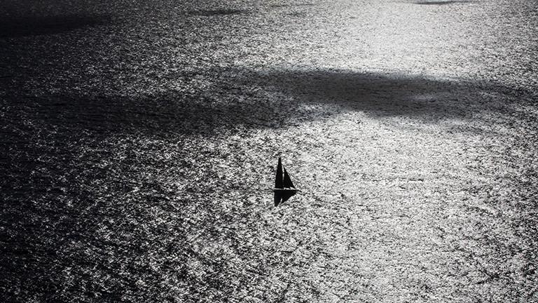 Blick aus der Luft auf das Segelschiff von Boris Herrmann bei der Weltumseglung Vendee Globe mitten auf hoher See (15.01.2021)